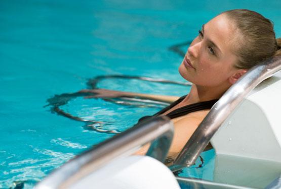 Femme se relaxant dans l'eau en musique