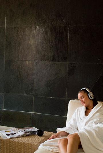 Femme se prélassant en écoutant de la musique