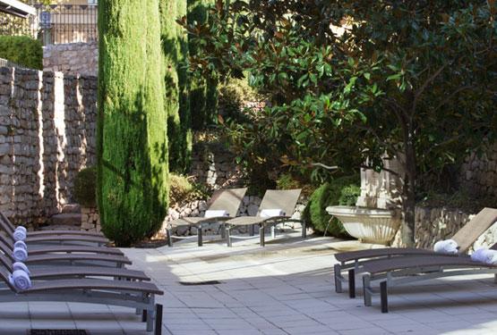 Jardin méditerranéen en bordure de la piscine extérieure