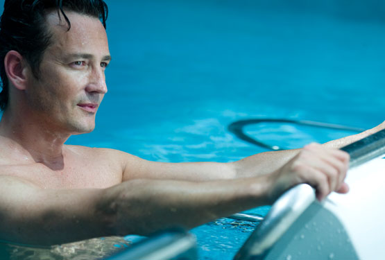 Homme pratiquant de l'aquabike