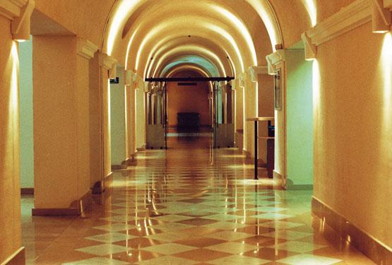 Couloir de style romain des spa thermes sextius